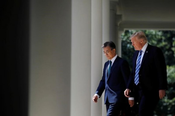U.S. President Donald Trump (R)  with South Korean President Moon Jae-in (L) in the Rose Garden of the White House in Washington, U.S., June 30, 2017. (REUTERS/Carlos Barria)