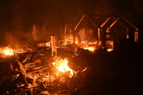 Flames from the Ponderosa Fire burn a home east of Oroville, California, U.S. August 29, 2017. (REUTERS/Noah Berger)