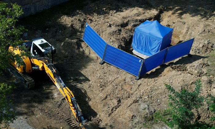 A tent covers the area around an unexploded British World War Two bomb which was found during renovation work on the university's campus in Frankfurt, Germany, September 1, 2017.     (Reuters/Ralph Orlowski)