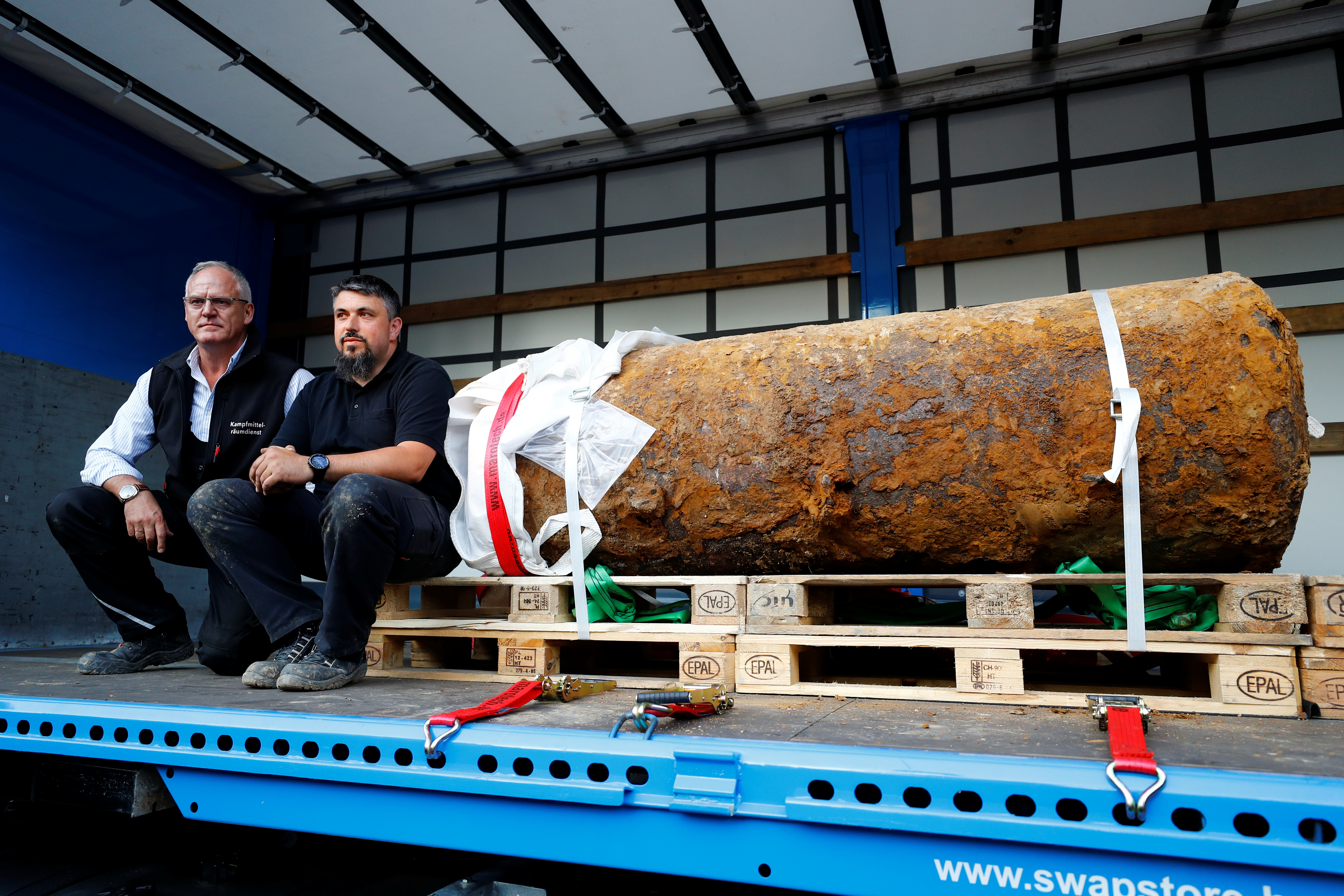 Bomb disposal expert Rene Bennert and Dieter Schweizler speak next to defused massive World War Two bomb after tens of thousands of people evacuated their homes in Frankfurt, Germany on Sept. 3, 2017.  (REUTERS/Kai Pfaffenbach)