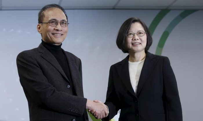 FILE PHOTO: Taiwan president-elect Tsai Ing-wen shakes hands with former finance minister Lin Chuan (L), during a news conference announcing Lin as premier, in Taipei, Taiwan on March 15, 2016. (REUTERS/Tyrone Siu)