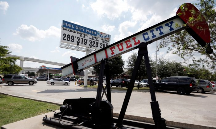 Vehicles line up for gasoline at the Fuel City service station in the aftermath of Hurricane Harvey, in Dallas, Texas on Sept. 1, 2017.  (REUTERS/Brandon Wade)