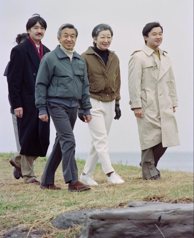 The Japanese Imperial family, (L-R) Prince Akishino, Emperor Akihito, Empress Michiko and Crown Prince Naruhito walk on the beach at Hayama on January 16, 1993. (YOSHIKAZU TSUNO/AFP/Getty Images)