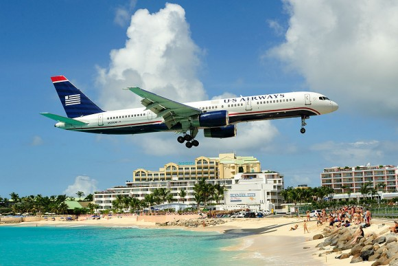 An airplane approaches the runway of Princess Juliana International Airport. (Lawrence Lansing http://picasaweb.google.com/fuzzynerd/) [CC BY 3.0 (http://creativecommons.org/licenses/by/3.0)], via Wikimedia Commons)