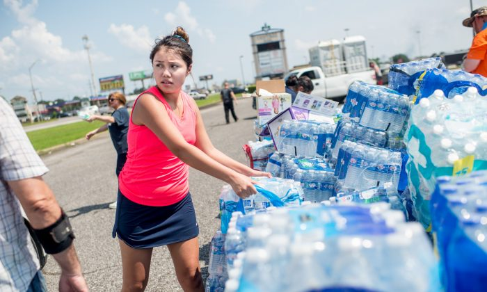 Volunteers help load Harvey victims cars with donated supplies outside in Port Arthur, Texas, on Sept. 2. (EMILY KASK/AFP/Getty Images)