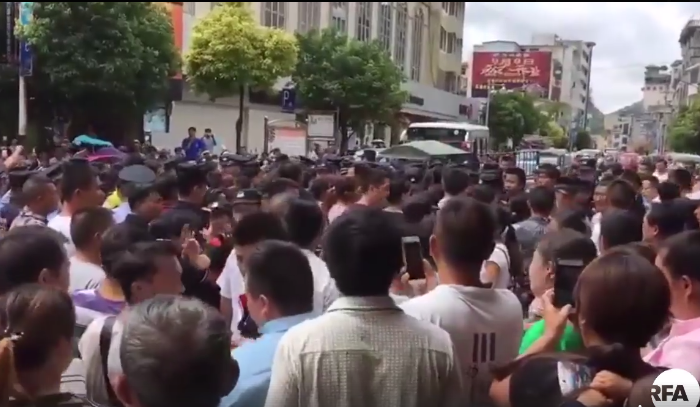 Thousands of students' parents in Guizhou's Anlong County took to the streets on September 5, 2017, after finding rotten meat delivered to the school cafeteria. (Screenshot via RFA)