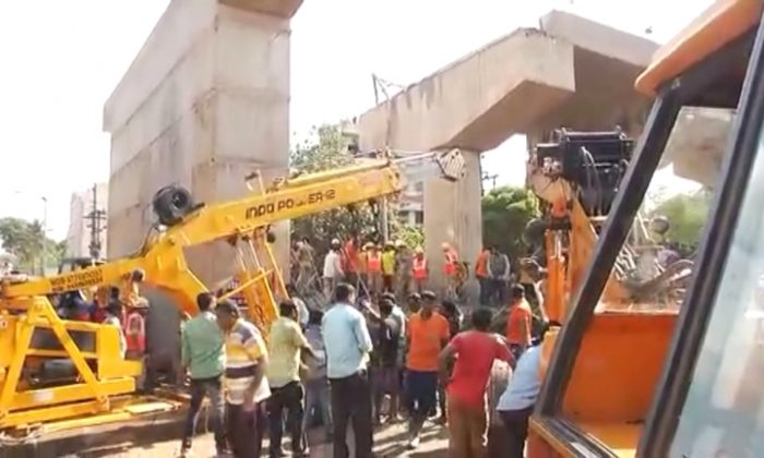 One person has died and four have been wounded after part of a railway bridge collapsed in the east indian province of Odisha on Sept.10, 2017. (Screenshot/Reuters video)