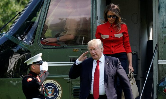 U.S. President Donald Trump salutes from the steps of Marine One helicopter on the South Lawn the White House upon his return with first lady Melania Trump to Washington from Camp David on Sept. 10, 2017. (REUTERS/Yuri Gripas)