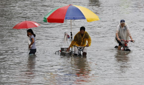 Residents make their way through floodwaters in Las Pinas, Metro Manila as a storm sweeps across the main Luzon island, Philippines, September 12, 2017. (Reuters/Erik De Castro)