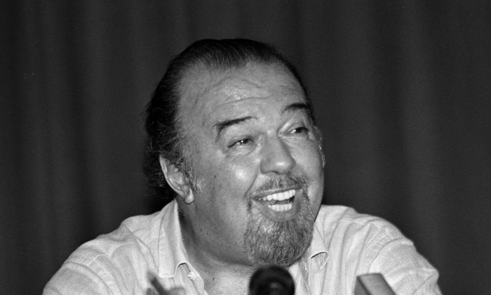 File photo: British national theatre director Sir Peter Hall talks to journalists during a press conference in Athens, Greece, August 8, 1988. (Reueters/Yannis Behrakis/File Photo)
