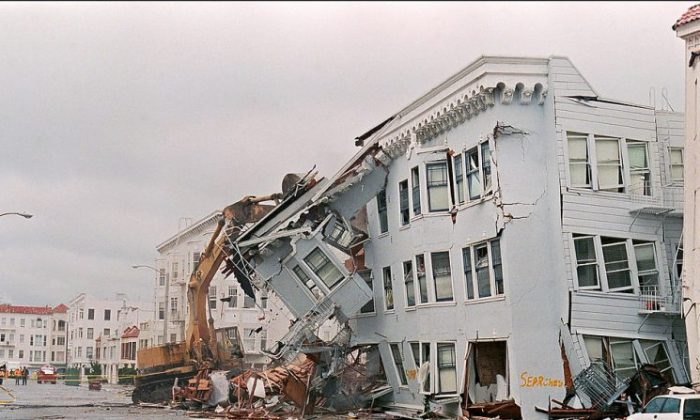 The front of an apartment building in the Marina District in San Francisco is ripped off on Oct. 21 1989 after a quake erupted 17 October, killing an estimated 273 people and doing USD 1 billion-worth of damage. (JONATHAN NOUROK/AFP/Getty Images)