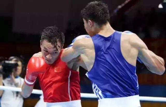 Boxers Wen Yinhang, from Hubei, and Uyghur Tangtilahan compete at the 13th National Game in Tianjin, China, on Aug. 13. China has ordered the dissolution of the current National boxing team amidst complaints that the competition was rigged. (Sohu)