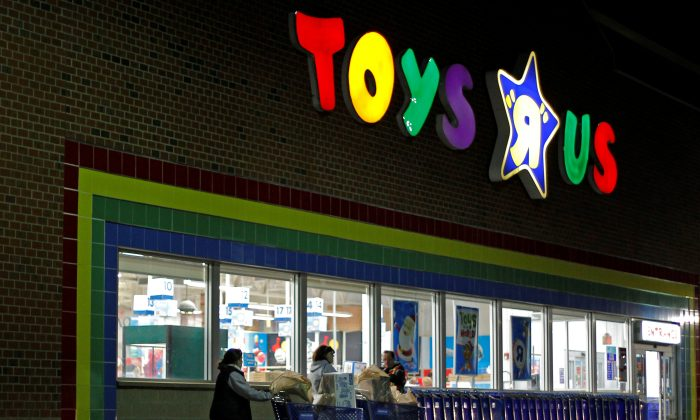 """Consumers leave a Toys R Us store with full shopping carts after shopping on the day dubbed """"Black Friday"""" in Framingham, Massachusetts on Nov. 25, 2011.   (REUTERS/Adam Hunger)"""