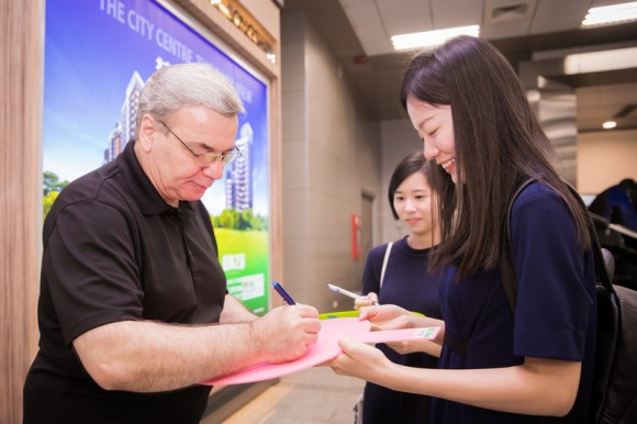 Annie Li, one of the fans greeting Shen Yun, got an autograph from Milen Nachev, the orchestra's conductor, at the Taipei Songshan Airport on Sept. 19, 2017. (Chen Po-chou/The Epoch Times)