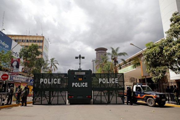 Police seal off roads near Kenya's Supreme Court in Nairobi, Kenya September 20, 2017.  (Reuters/Thomas Mukoya)