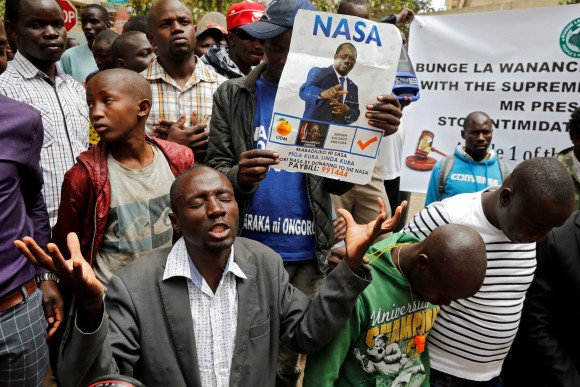 National Super Alliance (NASA) coalition supporters pray near Kenya's Supreme Court in Nairobi, Kenya September 20, 2017.  (Reuters/Thomas Mukoya)