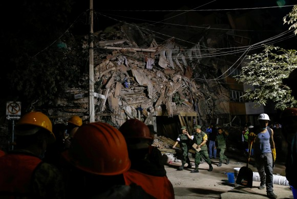 Soldiers and rescuers work at the site of a collapsed building after an earthquake in Mexico City, Mexico September 20, 2017. (Reuters/Henry Romero)