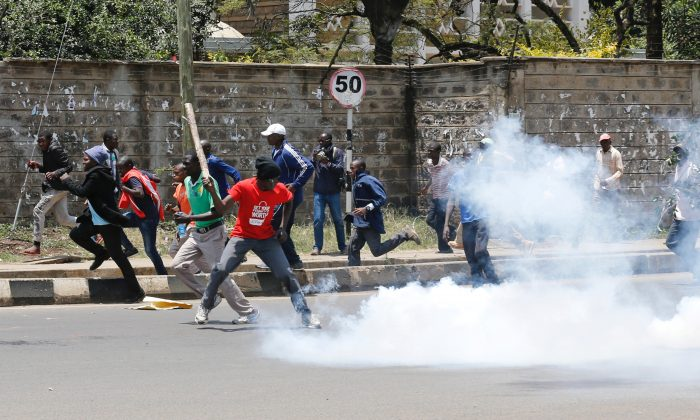 Supporters of the opposition National Super Alliance (NASA) coalition run after riot policemen dispersed protesters during a demonstration calling for removal of Independent Electoral and Boundaries Commission (IEBC) officials in Nairobi, Kenya September 26, 2017. REUTERS/Thomas Mukoya