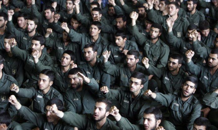 Iranian revolutionary guards chant slogans during Friday prayers in Tehran May 26, 2006. (REUTERS/Raheb Homavandi)