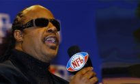 Stevie Wonder Plays National Anthem on Knees to Protest Racism