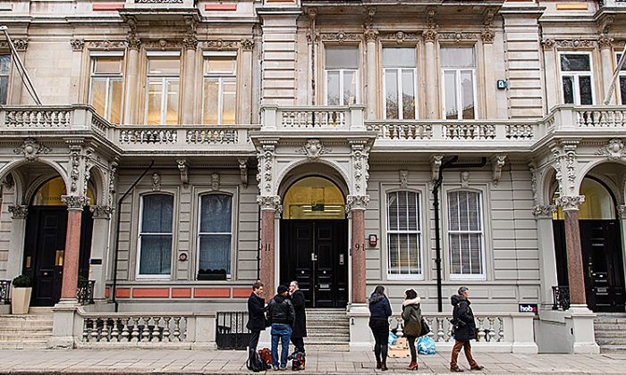Journalists gather outside the headquarters of Orbis Business Intelligence, the company run by former intelligence officer Christopher Steele, in London, England, on Jan. 12, 2017. (Leon Neal/Getty Images)