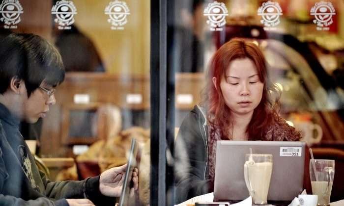 People surf the internet in a cafe in Shanghai in this file photo. (PHILIPPE LOPEZ/AFP/Getty Images)
