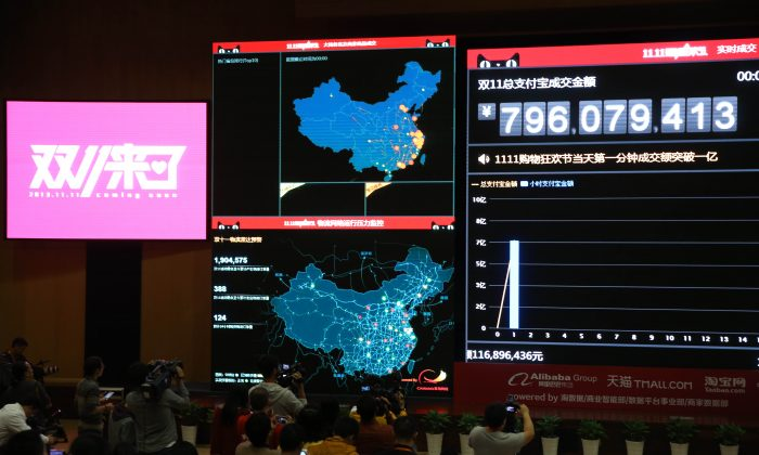 Employees watch the live broadcast of sales transactions during the Nov. 11 shopping promotion at Alibaba headquarters in Hangzhou, China, on November 11, 2013.  (VCG via Getty Images)