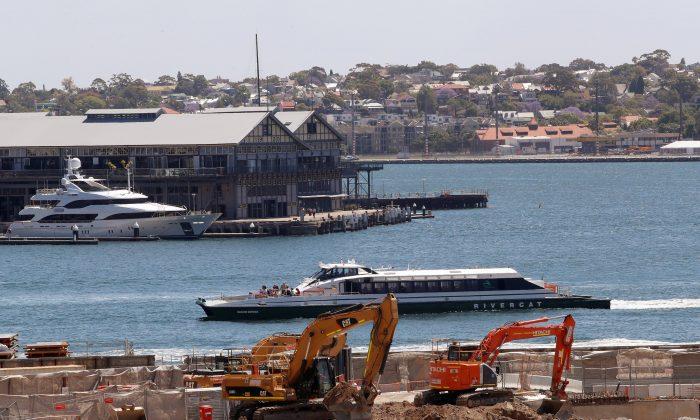 A passenger ferry and a luxury boat navigate past a construction site next to Barangaroo building complex in Sydney's central business district (CBD) Australia, Nov. 9, 2017. (REUTERS/Daniel Munoz)