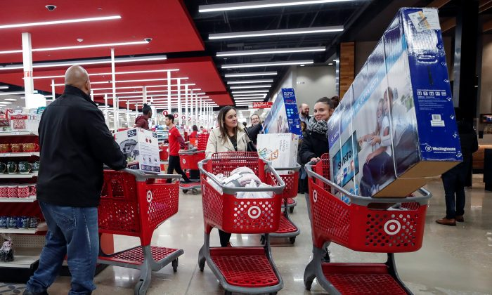 Customers push their shopping carts after making a purchase at Target in Chicago, Illinois in Nov. 2017 (Reuters/Kamil Krzaczynski)