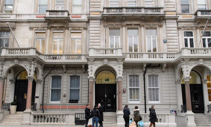 Journalists gather outside the headquarters of Orbis Business Intelligence, the company run by former intelligence officer Christopher Steele, in London on January 12, 2017. (Leon Neal/Getty Images)