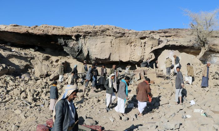 People gather at the site of an air strike near the northwestern city Saada, Yemen December 3, 2017. (Reuters/Naif Rahma)