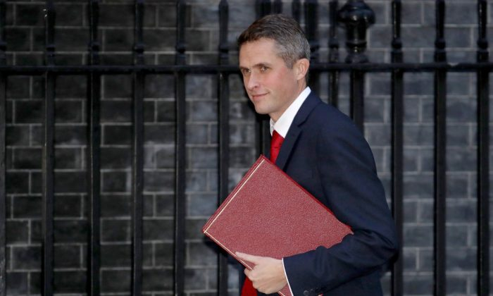 Defence Secretary Gavin Williamson arrives at Downing Street for the Inner Brexit Cabinet meeting on November 20, 2017 in London, England. (Christopher Furlong/Getty Images)