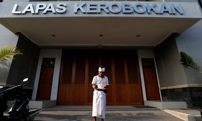 A prisoner prays in front of Kerobokan prison in Denpasar, on the Indonesian island of Bali, Indonesia March 1, 2015. (Reuters/Beawiharta/File Photo)