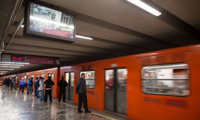 A man who appeared to be sleeping was found dead on a subway in Mexico City on Nov. 30, 2017. (GUILLERMO ARIAS/AFP/Getty Images)