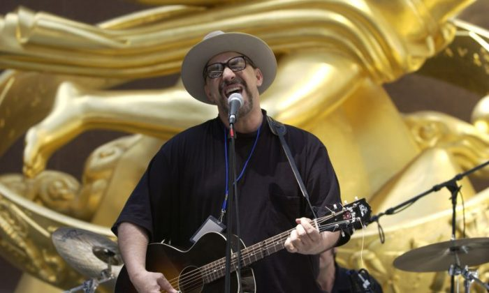 Pat DiNizio of The Smithereens sings during the USA Tennis Rock & Rally at Rockefeller Center in New York City on April 28, 2003. (Photo by Ezra Shaw/Getty Images)