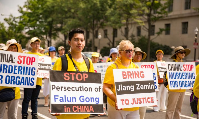 Hundreds of Falun Gong practitioners march at a parade in Washington, D.C. calling for an end to the persecution in China, on July 20, 2017. (Benjamin Chasteen/The Epoch Times)