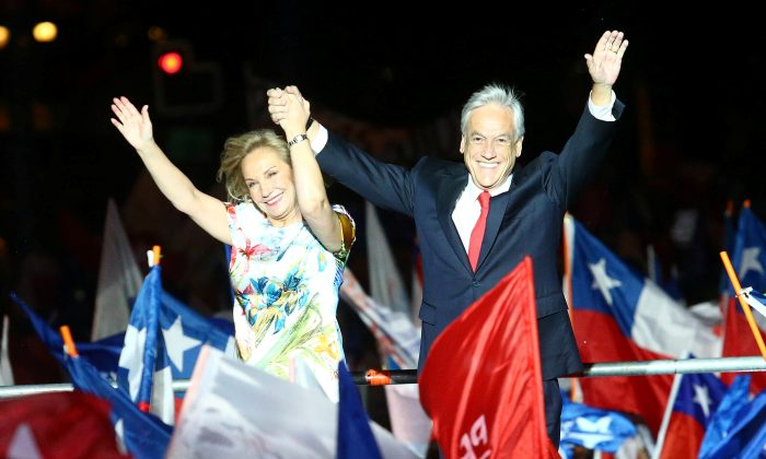 Presidential candidate Sebastian Pinera and his wife Cecilia wave to supporters after winning Chile's presidential election, in Santiago, Dec. 17, 2017. (Reuters/Ivan Alvarado)