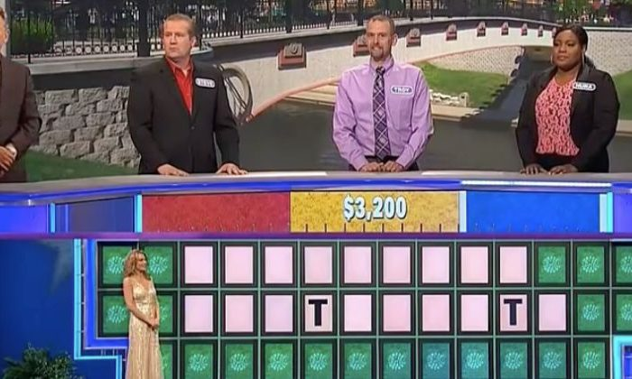 """Nura Fountano (R) loses the last round of """"Wheel of Fortunate,"""" some suspect so that fellow veteran Steve (L) could win some money. (Screenshot via Wheel of Fortune)"""