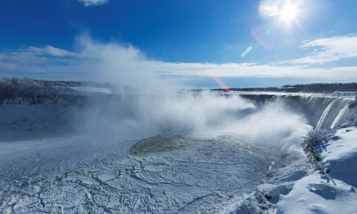 Ice begins to collect at the base of the Horseshoe Falls in Niagara Falls, Ontario, Canada, Jan. 3, 2018. (Reuters/Aaron Lynett)