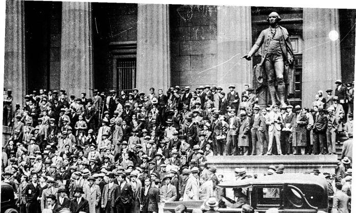 Crowds gather outside the Sub-Treasury Building (now Federal Hall National Memorial) opposite of the New York Stock Exchange at the time of the Wall Street crash in October 1929. (KEYSTONE/GETTY IMAGES)