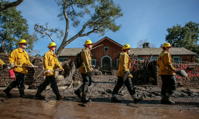Rescue workers enter properties to look for missing persons after a mudslide in Montecito, California, U.S. January 12, 2018.  (Reuters/Kyle Grillot)