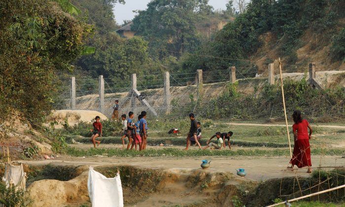 Rohingya refugee children play at no man's land at the Bangladesh-Burmese border, in Cox's Bazar, Bangladesh Jan. 12, 2018. (Reuters/Tyrone Siu)