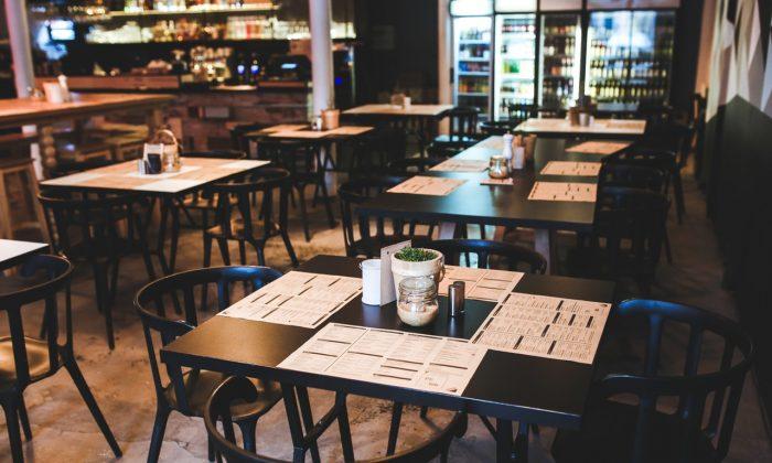 A stock restaurant photo (Pexels / Kaboompics)