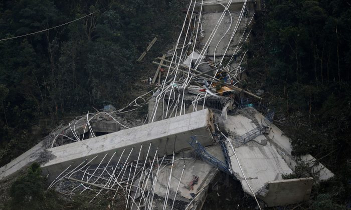 View of a bridge under construction that collapsed leaving dead and injured workers in Chirajara near Bogota, Colombia January 15, 2018. (REUTERS/Jaime Saldarriaga)
