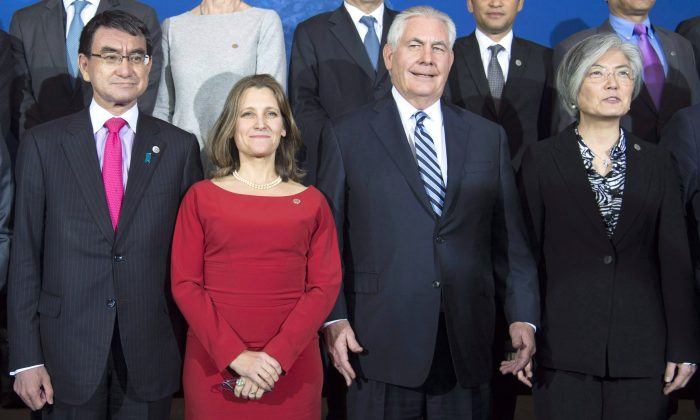 (L-R) Japan's Foreign Affairs Minister Taro Kono, Minister of Foreign Affairs Chrystia Freeland, U.S. Secretary of State Rex Tillerson, and Korea's Foreign Affairs Minister Kang Kyung-wha pose for a photo along with other ministers during a meeting on North Korea's nuclear ambitions in Vancouver on Jan. 16, 2018. (The Canadian Press/Jonathan Hayward)