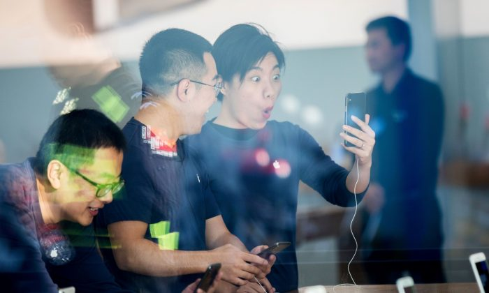 Chinese customers look at the new iPhone X at the Apple store in Hangzhou in China's eastern Zhejiang province on November 3, 2017. (STR/AFP/Getty Images)