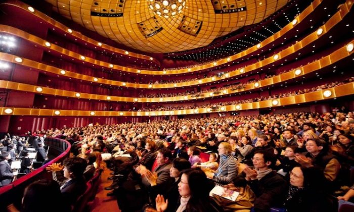 Audience members applaud Shen Yun performers in the David H. Koch Theater at Lincoln Center, New York City, on on Jan. 22, 2018. (Dai Bing/The Epoch Times)