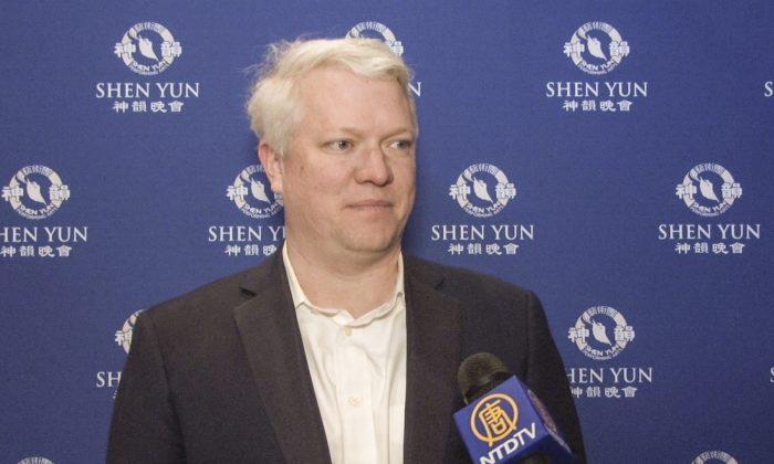 Attorney Finds Shen Yun's Digital Backdrop Ingenious