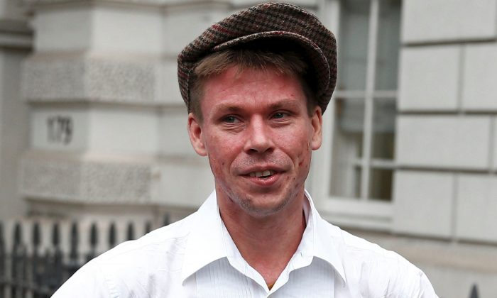Lauri Love poses for media as he arrives for his extradition hearing at Westminster Magistrates' Court in London, Britain Sep. 16, 2016. (Reuters/Peter Nicholls/File Photo)