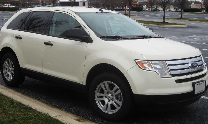 Liz Laird 's 2008 Ford Edge—similar to this SE model—was destroyed by a Walmart auto tech—and even though the store admitted it, management didn't want to pay the bill.   (commons.wikimedia.org)